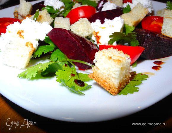 Салат из свеклы и черри с козьим сыром