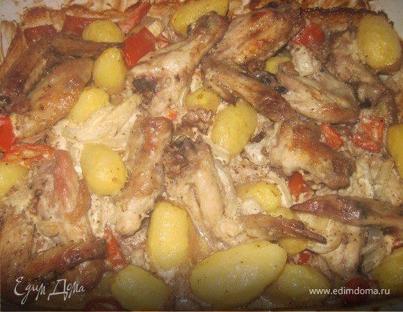 Молодая картошка с крылышками и овощами