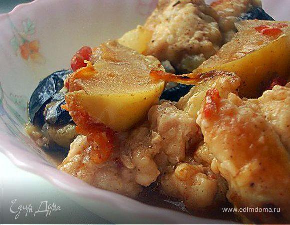 Суп-рагу с курицей, черносливом и яблоками
