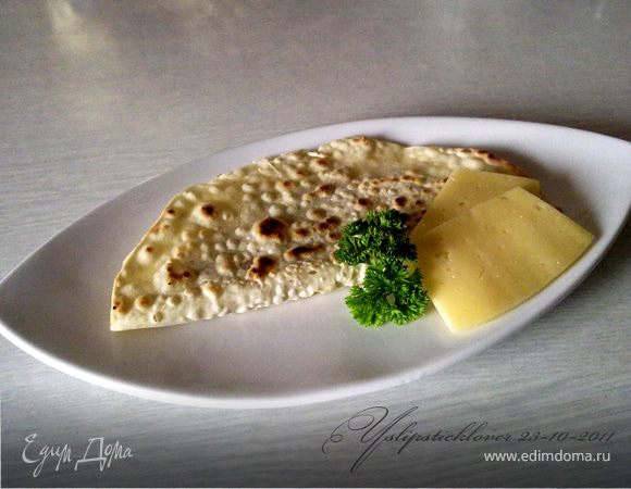 Лепешка с сыром, орехами и зеленью