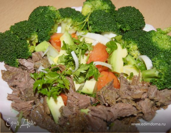 Салат из запеченной говядины с овощами