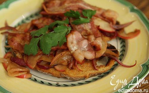 Рецепт Тосты с беконом, карамелизированными яблоками и луком