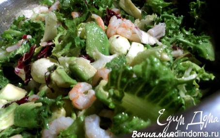 Рецепт Салат с креветками, авокадо и моцареллой