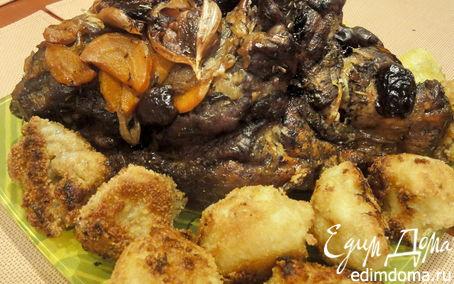 Рецепт Свиная шейка, запеченная с финиками и цветной капустой в сухарях.
