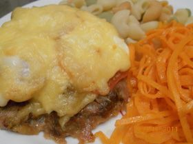 Воскресный ужин. Эскалоп слоеный из фарша с цветными макаронами и морковью по - корейски!