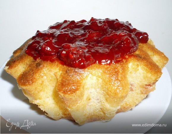 Творожный кекс с замороженными ягодами и киселём