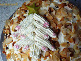 Новогодний персиковый торт с просекко и ёлочкой из сливок и карамболы