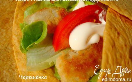 Рецепт Тортильяс с рыбой, помидорами, маринованным луком, салатом и соусом «Дзадзики»