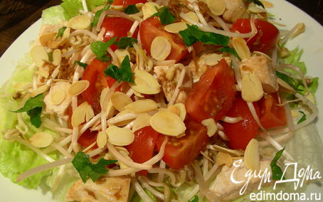 Рецепт Куриный салат с миндалем, помидорами черри и ростками сои