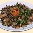 Салат из красного риса с форелью