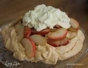 Меренги с яблоками и взбитыми сливками