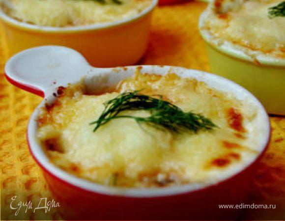 Сырный гратен с креветками и красным луком