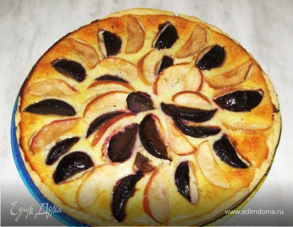 Открытый творожный пирог на песочном тесте с яблоками, сливами, мятой и корицей