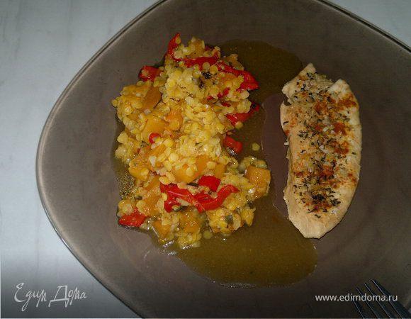 Запеченная грудка индейки с паприкой и травами, и чечевица со сладкими овощами и чесноком