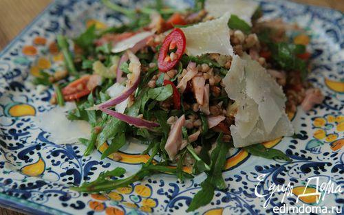 Рецепт Салат из гречки с копченой курицей, помидорами и руколой