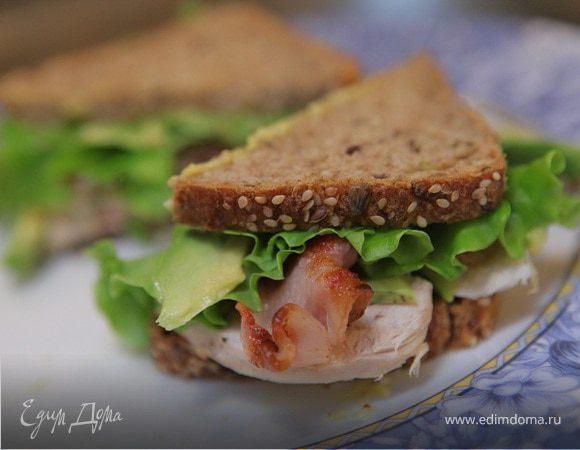 Бутерброд с курицей, беконом и авокадо