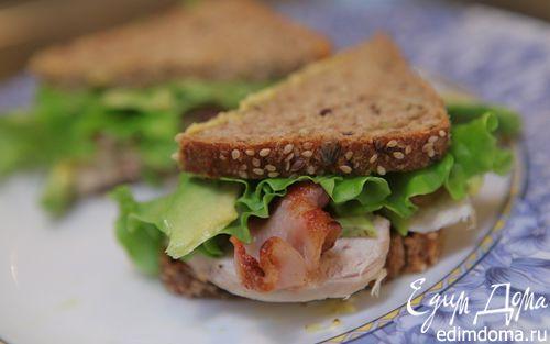 Рецепт Бутерброд с курицей, беконом и авокадо