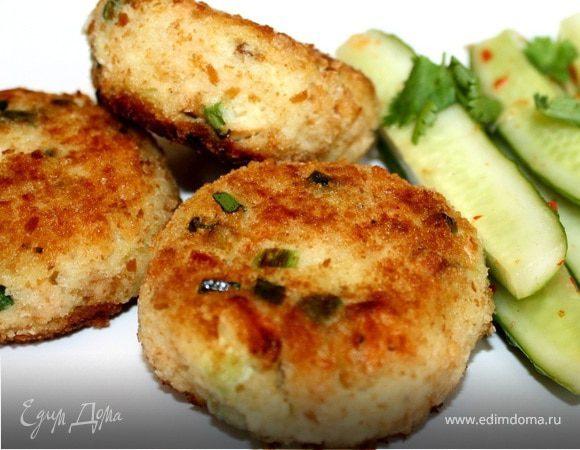 Котлеты из копченой рыбы с огуречным салатом