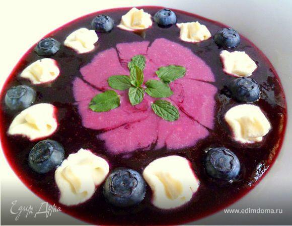 Черничный супчик с ягодами, мятой и взбитыми сливками