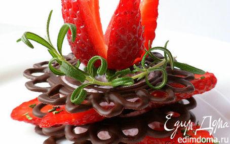 Рецепт Клубника на шоколадных пластинах со взбитыми сливками и розмарином