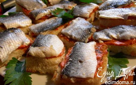 Рецепт Канапе с селедкой и томатным маслом