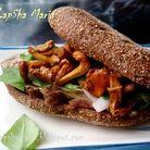 Сэндвич с говядиной, лисичками и горчичным соусом