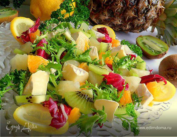 Салат из камамбера, ананаса, киви, апельсина, листьев салата