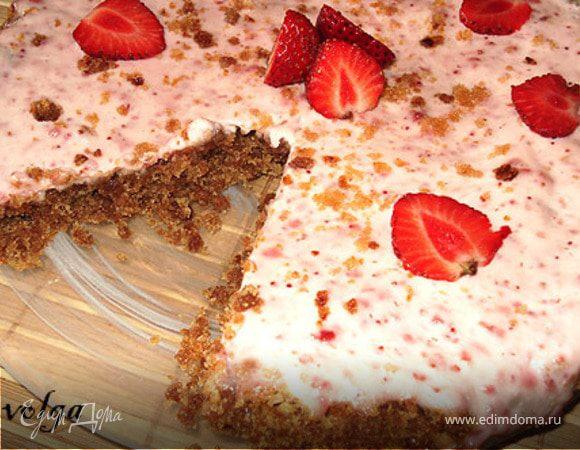 Торт из ржаного хлеба со сметанно-клубничным кремом