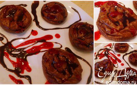 Рецепт Шоколадные творожники с малиновым соусом и шоколадным топпингом