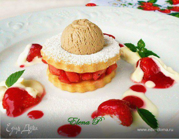 Песочное печенье с клубникой и бальзамическим мороженым