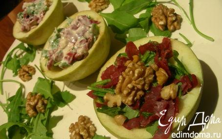 Рецепт Салат в яблоках с руколой, грецкими орехами и вяленым мясом