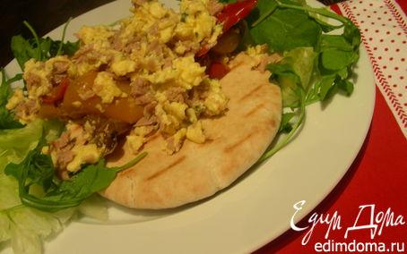 Рецепт Яичница-болтунья с тунцом, маринованным перцем и лепешками пита