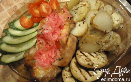Рецепт Стейки с картофелем по-деревенски, маринованным луком и овощами