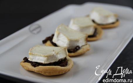 Рецепт Закусочные тарталетки из песочного теста с козьим сыром и луковым джемом
