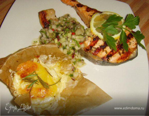 Стейк из лосося с грушевой сальсой и картофельным гратеном