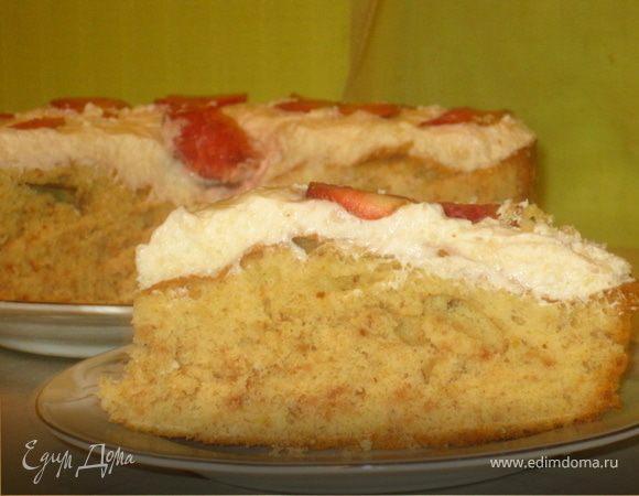 Миндальный пирог со сливочным кремом и клубникой