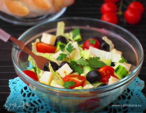 Салат из молодой капусты с маслинами и сыром