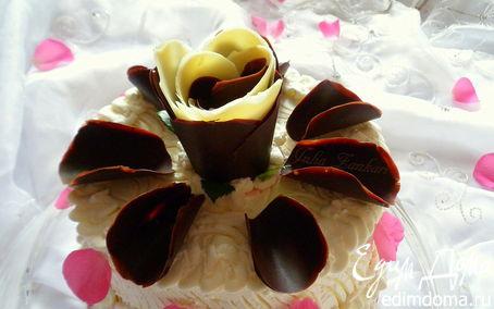 Рецепт Торт к годовщине свадьбы с лепестками шоколадных роз (с малиновым и манговым кремами)
