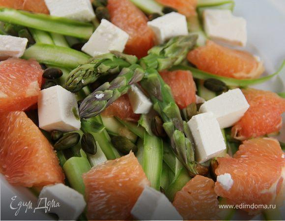 Салат из спаржи с авокадо, грейпфрутом и фетой