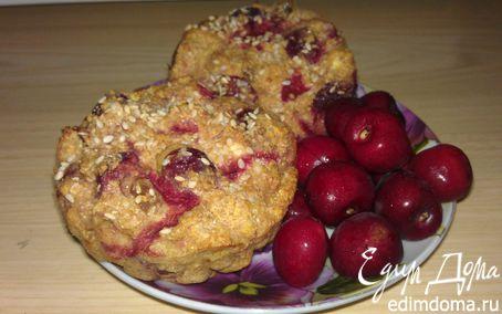 Рецепт Кукурузные кексы с черешней и клубникой