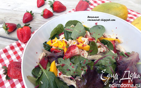 Рецепт Салат с курицей, манго и клубникой