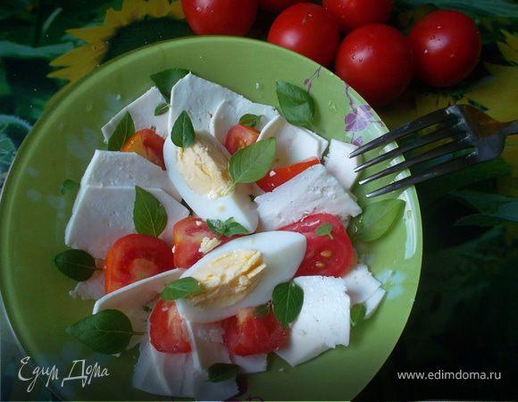 Салат с брынзой, помидорами и яйцом