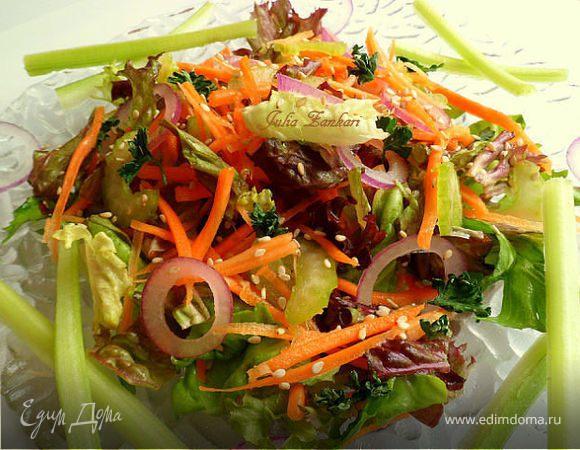Витаминный салатик из сельдерея, моркови, листьев салата, лука и кунжута