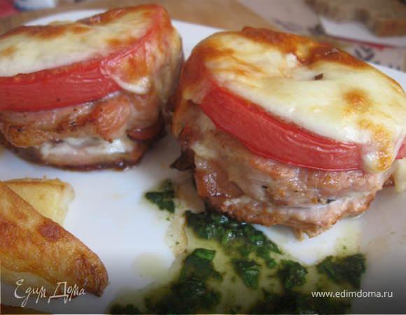 Медальоны из свинины с помидорами, сыром и зеленым соусом