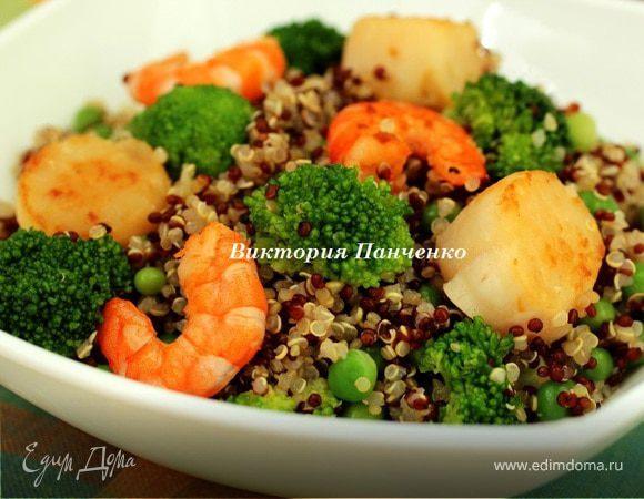 Теплый салат из киноа с морепродуктами и овощами