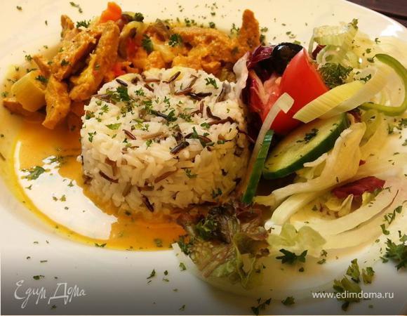 Соевое чахохбили с диким рисом под фруктово-манговым соусом и овощным салатом