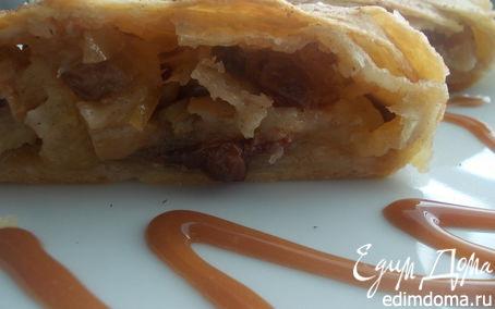Рецепт Яблочный штрудель с изюмом и карамельной крошкой