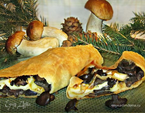 Штрудель с лесными грибами и сыром Бри