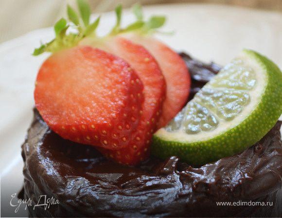 Бисквитное пирожное с шоколадным кремом, клубникой и лаймом