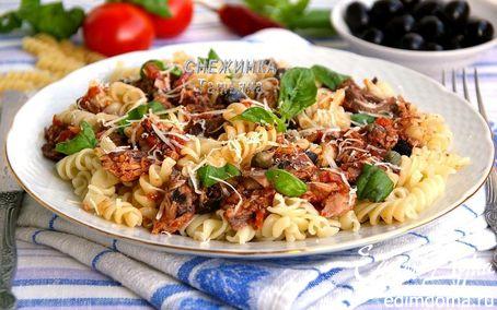 Рецепт Паста с тунцом и томатным соусом с вином, маслинами и каперсами